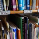 Das Büro der Früh-Förder-Stelle. Ein Bücher-Regal.