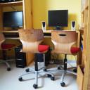 Computerarbeitsplätze in einem Stammgruppenraum der SteinMalEins Grundschule im Paradies.