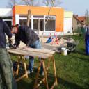 Holz wird für den Tisch zurechtgesägt.