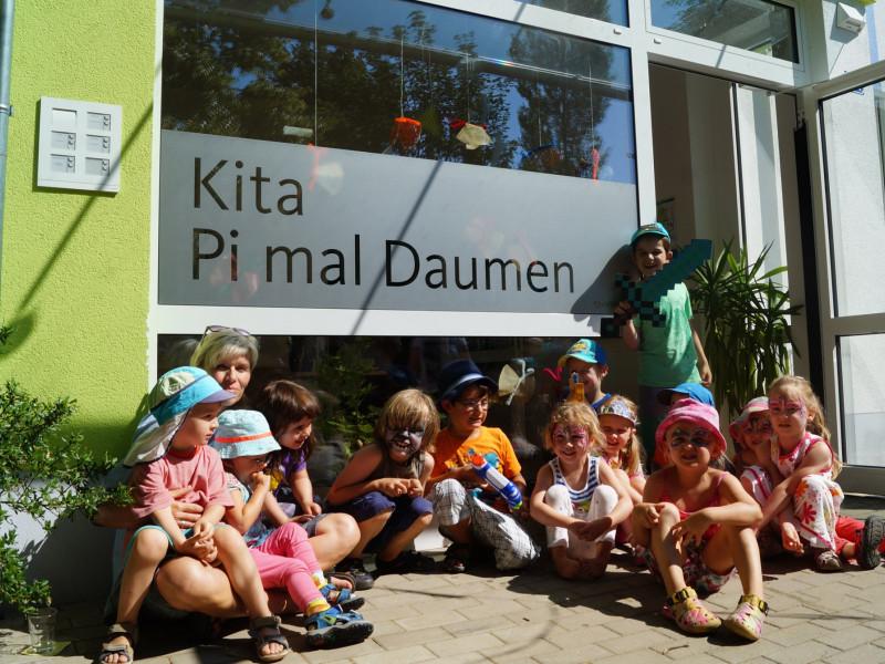 Kita-Leiterin Manuela Menzel mit Kindern beim 2. Geburtstag.