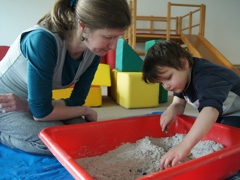 Frau spielt mit Kind